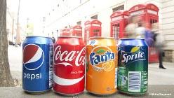 砂糖税の対象になる炭酸飲料。昔ながらの電話ボックスを前に