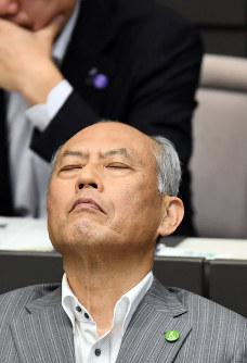東京都議会一般質問で政治資金の私的流用疑惑を巡って相次いで糾弾され、浮かない表情の舛添要一都知事=東京都新宿区で2016年6月8日午後3時51分、喜屋武真之介撮影