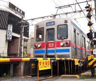 京成八幡駅を出発する電車。すぐ後ろに、永井荷風が最後の外食をした大黒家がある=千葉県市川市八幡で