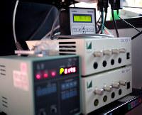 培養装置のLEDを調光したり、酸素濃度などを測る装置=大阪府住吉区の大阪市立大で2016年6月8日、貝塚太一撮影