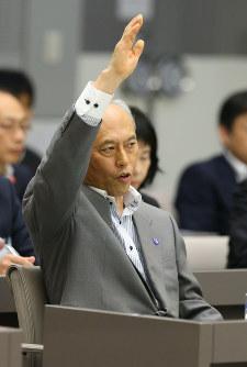東京都議会総務委員会の集中審議で、答弁のために挙手する舛添要一都知事=都庁で2016年6月13日午後2時33分、小川昌宏撮影