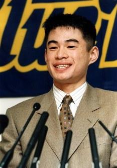 1億円の大台に乗り、笑顔で会見するイチロー選手=神戸・グリーンスタジアム神戸で、1994年12月16日撮影