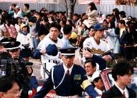 大勢の市民が沿道を埋めたオリックスのパレード=神戸三宮町で、1995年11月05日撮影