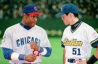 日米野球でシリーズ優秀選手賞を受賞し、MVPのソーサと声を掛け合うイチロー(右)=東京ドームで1998年11月15日、岩下幸一郎撮影