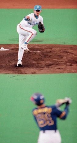 一回表、最初の対決でイチロー選手(手前)から三振を奪った松坂投手=西武ドームで1999年05月16日、近藤卓資撮影