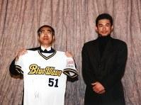 イチロー選手(右)から贈られたユニフォームを手にする小渕首相=首相官邸で1999年12月22日、草刈郁夫撮影