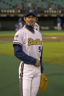 【オリックス2-1西武】試合前、ファンの声援に笑顔で応えるイチロー=神戸市のグリーンスタジアム神戸で2000年10月13日、大西達也撮影