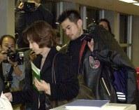 弓子夫人(左)と共にアメリカに向かって旅立つイチロー=関西国際空港で2000年11月28日、佐藤賢二郎撮影