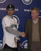 正式契約を終えマリナーズのユニホームを着てリンカーン最高経営責任者と握手するイチロー=セーフコ・フィールドで2000年11月30日、佐藤泰則撮影