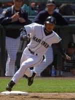【マリナーズ4-2レンジャーズ】一回裏マリナーズ無死、中前安打を放ち一塁ベースをけるイチロー=シアトルのセーフコフィールドで2004年04月18日、竹内幹撮影