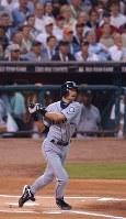 一回表ア・リーグ無死、イチローが右翼線二塁打を放つ=ヒューストンのミニッツ・メイド・パークで2004年07月13日、竹内幹撮影