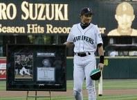 シスラーのサインが入った帽子とバットを手に年間最多安打記録のレリーフの前で笑顔のイチロー=2004年10月02日、竹内幹撮影