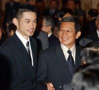 仰木彬監督(右)の野球殿堂入りを記念するパーティーで、仰木彬監督と談笑するイチロー=大阪市内のホテルで2004年12月07日、大橋公一撮影
