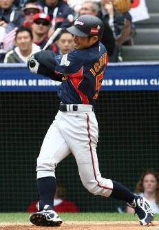 【米国4-3日本】一回表日本無死、イチローが先頭打者本塁打を右越えに放つ=米カリフォルニア州アナハイムのエンゼルスタジアムで2006年3月12日、山本晋撮影