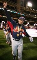 【日本10-6キューバ】国旗を持ちながら、ウイニングランするイチロー外野手=米カリフォルニア州サンディエゴのペトコパークで2006年3月20日、山本晋撮影