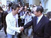 帰国する王監督(右)と別れを惜しみ、握手するイチロー=サンディエゴで2006年03月21日、山本晋撮影