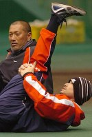 一緒に柔軟体操をするイチロー(手前)と清原和博=梅村直承撮影