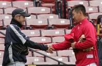 練習の合間に握手する松坂大輔とイチロー=米マサチューセッツ州ボストンで2007年4月10日午後0時8分、須賀川理撮影