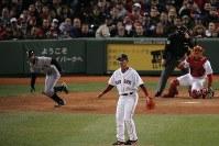 【レッドソックス0-3マリナーズ】七回表無死一塁、イチロー外野手を二塁ゴロに打ち取った松坂大輔投手=米マサチューセッツ州ボストンで2007年4月11日、須賀川理撮影