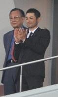 清原の引退試合を訪れ、清原の適時打を称えるイチロー(右)=京セラドーム大阪で2008年10月1日、梅村直承撮影