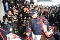 WBC日本代表の合宿が始まり、多くのファンに迎えられて球場入りするイチロー選手=宮崎市のサンマリンスタジアムで2009年2月16日午前9時31分、矢頭智剛撮影