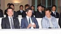 優勝から一夜明けた会見でウイニングボールを手に笑顔を見せるイチロー(前列中央)、松坂大輔(同右)、原辰徳監督(同左)ら=米カリフォルニア州ロサンゼルスのホテルで2009年3月24日午後2時53分、木葉健二撮影