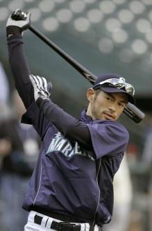 復帰戦の試合を前に素振りをするイチロー=米・シアトルのセーフコ・フィールドで2009年4月15日、本紙特約・太田康男撮影
