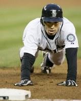【マリナーズ・エンゼルス】三回裏マリナーズ1死一塁、リードを取るも一塁に頭から戻るイチロー=米・シアトルのセーフコ・フィールドで2009年4月15日、本紙特約・太田康男撮影