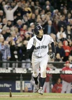 【マリナーズ・エンゼルス】七回裏マリナーズ1死満塁、日米通算安打でプロ野球最多記録に並ぶ右越え満塁本塁打を放つイチロー=米・シアトルのセーフコ・フィールドで2009年4月15日、本紙特約・太田康男撮影