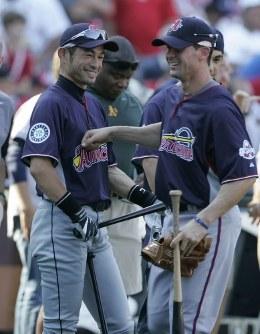 オールスター戦を翌日に控え、出場選手と談笑するマリナーズ・イチロー(左)=米・セントルイスのブッシュ・スタジアムで2009年7月13日、本紙特約・太田康男撮影