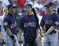 オールスター戦を翌日に控え、出場選手らと談笑するイチロー(左)=米・セントルイスのブッシュ・スタジアムで2009年7月13日、本紙特約・太田康男撮影