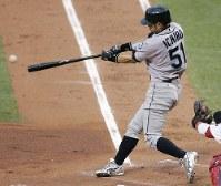 【ア・リーグ4-3ナ・リーグ】一回表無死、先頭打者のイチローが右前打を放つ=セントルイスのブッシュ・スタジアムで2009年7月14日、本紙特約・太田康男撮影
