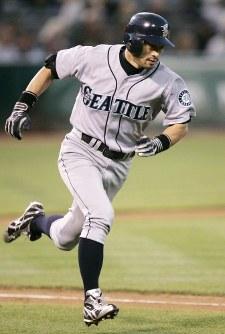 【アスレチックス・マリナーズ】 二回表マリナーズ2死一、二塁、左前適時打を放ち一塁へ走るイチロー=米・オークランドのカウンティ・コロシアムで2009年9月4日、本紙特約・太田康男撮影