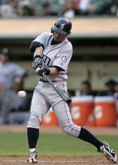 【アスレチックス・マリナーズ】二回表マリナーズ1死、一、二塁、一塁への内野安打を放つイチロー=2009年9月5日、本紙特約・太田康男撮影