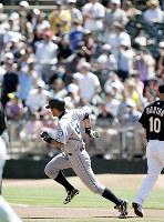 【アスレチックス・マリナーズ】一回表マリナーズ無死、イチローが右翼線二塁打を放ち、スタンドからの歓声の中、1塁を回るイチロー。この安打で大リーグ通算2000安打を達成=オークランド・コロシアムで2009年9月6日、本紙特約・太田康男撮影