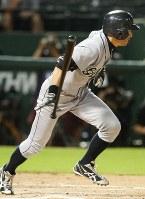 【レンジャーズ・マリナーズ】二回表マリナーズ2死三塁、イチローがショートへの内野安打を放つ=米・アーリントンで2009年9月14日、本紙特約・太田康男撮影