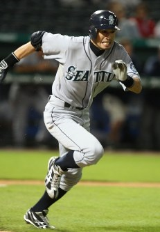 【レンジャーズ・マリナーズ】二回表マリナーズ2死三塁、ショートへ200安打となる適時内野安打を放つイチロー=米・アーリントンで2009年9月13日、本紙特約・太田康男撮影