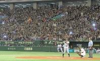 【アスレチックス・マリナーズ】多くの観客の前で第1打席に入るイチロー=東京ドームで2012年3月28日、木葉健二撮影