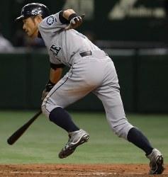 【アスレチックス・マリナーズ】十一回表マリナーズ1死二塁、イチローが中前適時打を放つ=東京ドームで2012年3月28日、木葉健二撮影