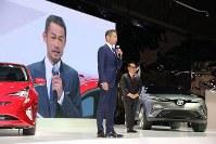 トヨタの発表会にゲスト出演したイチロー(左)。「運転はうまくはないがクルマは好き」と話した。右は豊田章男トヨタ社長=東京モーターショーで2015年10月28日