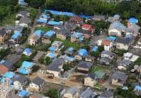 熊本市内には今も屋根にブルーシートをかぶせた家が並ぶ=熊本市で2016年6月13日午後3時39分、本社ヘリから山下恭二撮影
