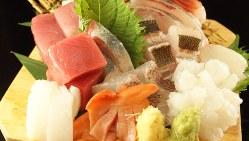 看板商品の「鮮魚刺身10種のっけ盛り」(1人前980円税別、以下同、写真は2人前)は、原価率60%かけたお値打ち感が魅力