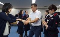 腕をつかまれた際の脱出の方法を講師(右)から教わる参加者