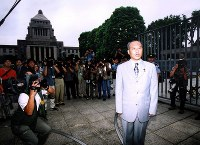Yoichi Masuzoe responds to reporters after arriving at the House of Councillors for the first time after being elected to the upper house on the Liberal Democratic Party's ticket, on Aug. 7, 2001. (Mainichi)
