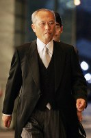 Yoichi Masuzoe enters the prime minister's office after being appointed minister of health, labor and welfare for the first time during the first administration of Prime Minister Shinzo Abe, on Aug. 27, 2007. (Mainichi)