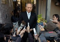 Yoichi Masuzoe responds to questions from reporters following the announcement of blanket relief for people who contracted hepatitis through tainted blood products, in front of his office in Tokyo's Setagaya Ward on Dec. 23, 2007. (Mainichi)