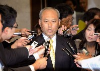 In this photo taken on April 22, 2010, then Minister of Health, Labor and Welfare Yoichi Masuzoe speaks to reporters in the Diet about his departure from the Liberal Democratic Party and establishment of a new political party. (Mainichi)