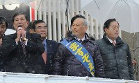 In this photo taken in Tokyo's Taito Ward on Feb. 8, 2014, then Liberal Democratic Party Secretary-General Shigeru Ishiba, far left, and then Minister of Land, Infrastructure, Transport and Tourism Akihiro Ota, right, join Yoichi Masuzoe, center, to support him as a candidate in the Tokyo gubernatorial election. (Mainichi)