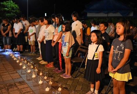 「熊本地震・2カ月経過のつどい」で黙とうする人たち=熊本県御船町で2016年6月14日午後8時30分、矢頭智剛撮影