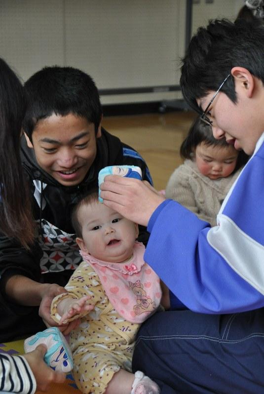 中学3年生を対象にした性教育の授業で赤ちゃんをあやす男子生徒=横浜市内で2014年2月24日、山田麻未撮影